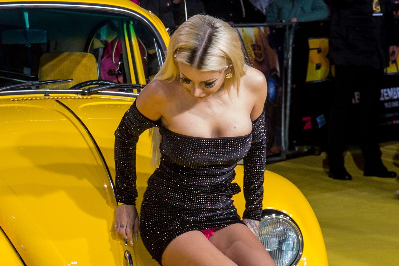 Als sie wenige Minuten später auf einem Auto Platz nehmen will, sticht ihr pinkfarbenes Höschen ins Auge. Ob das wirklich ein Versehen war, oder vielleicht doch eine geplante Aktion, bleibt vorerst ihr Geheimnis.