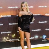 Auch Katja Krasavice ist dafür bekannt, gerne viel Haut zu zeigen. Auf dem gelben Teppich eines Events in Berlin zeigt sie sich in einem knappen, schwarzen Samtkleid und filigranen Heels.