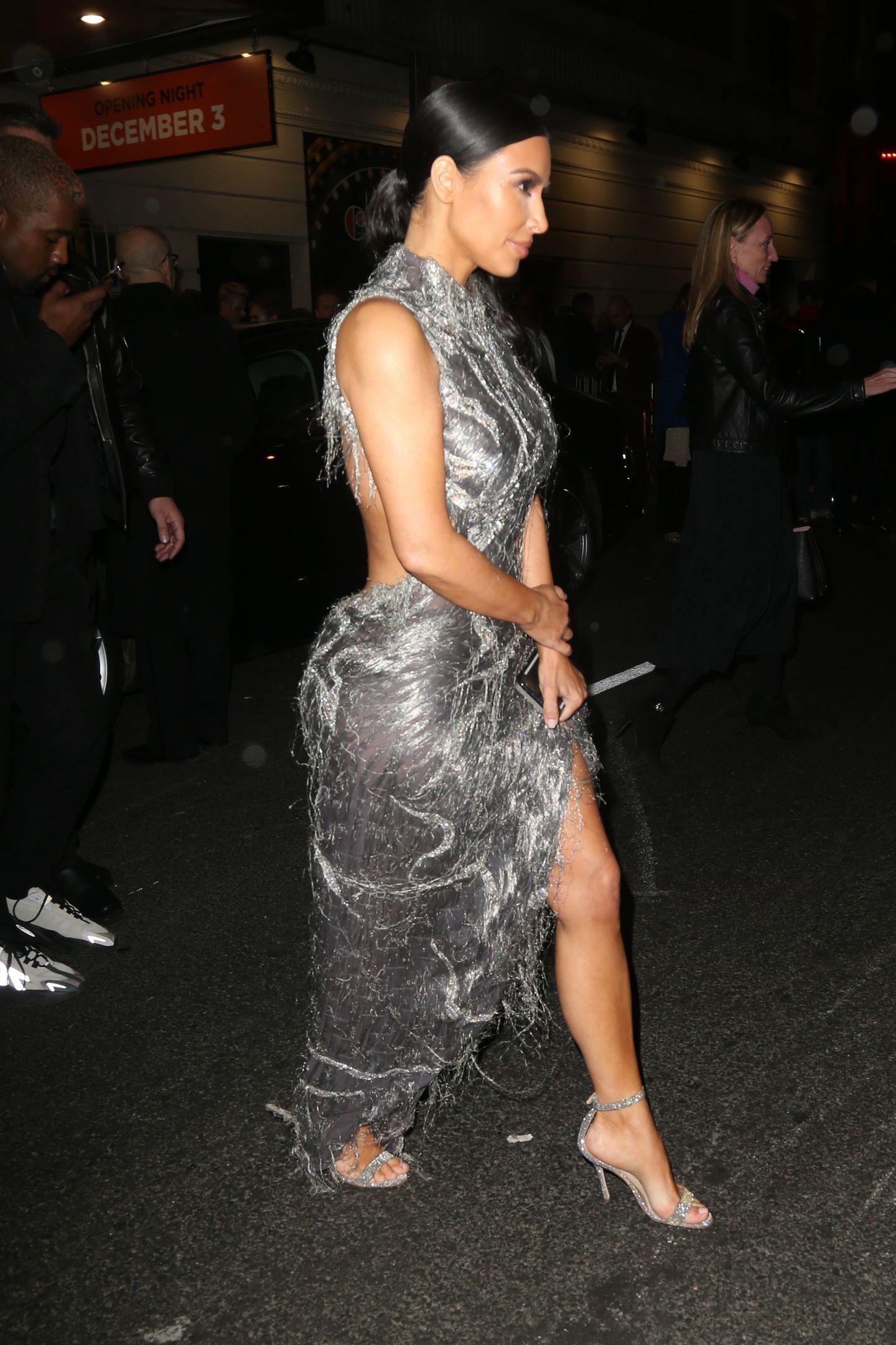 Auf dem Weg zu einem Event in New York zeigt sich Kim Kardashian in einem silbernen Kleid. Obwohl es vorne hochgeschlossen ist, zeigt es am Rücken, an den Seiten und am Bein viel Haut. Zu viel vielleicht?
