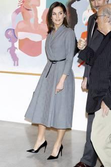 Letizias Mantel-Kleid ist ideal für Job-Meetings und auch passend für feierliche Abendanlässe. Mit wenigen Handgriffen lässt sich der komplette Look verwandeln, wie die Ehefrau von KönigFelipe hier beweist ...
