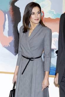 Auf den ersten Blick wirkt Letizias graues Kleid zugegebenermaßen nicht sonderlich aufregend, doch ein genauerer Blick lohnt sich. Die spanische Königin ist nämlichdafür bekannt, schlichte Business-Looks mit raffinierten Details zu tragen und mit kleinen Tricks aufzuwerten.