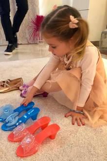 """30. November 2018  So viele schöne Schuhe... Da kann sich die kleine Sophia gar nicht entscheiden. """"Meine kleine Carrie Bradshaw,"""" schreibt Daniela Katzenberger zu diesem süßen Schnappschuss ihrer Tochter."""