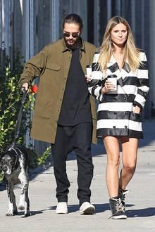 Heidi tauscht ihre Stiefel mit Absatz gegen bequeme Sneaker und gönnt sich zusammen mit Tom eine Kaffeepause. Aber auch ohne Overknees ist dieser Look ohne Frage ein sexy Blickfang. Dafür sorgen nämlich Heidis beneidenswert durchtrainierte Modelbeine.