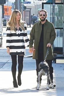 Heidi Klum und Boyfriend Tom Kaulitzschlendern Hand in Hand durch Los Angeles. Zu ihrem gestreiften Blazer-Kleid kombiniert die Model-Mama schwarze Overknees, die sie wenige Momente später allerdings kurzerhand auszieht ...