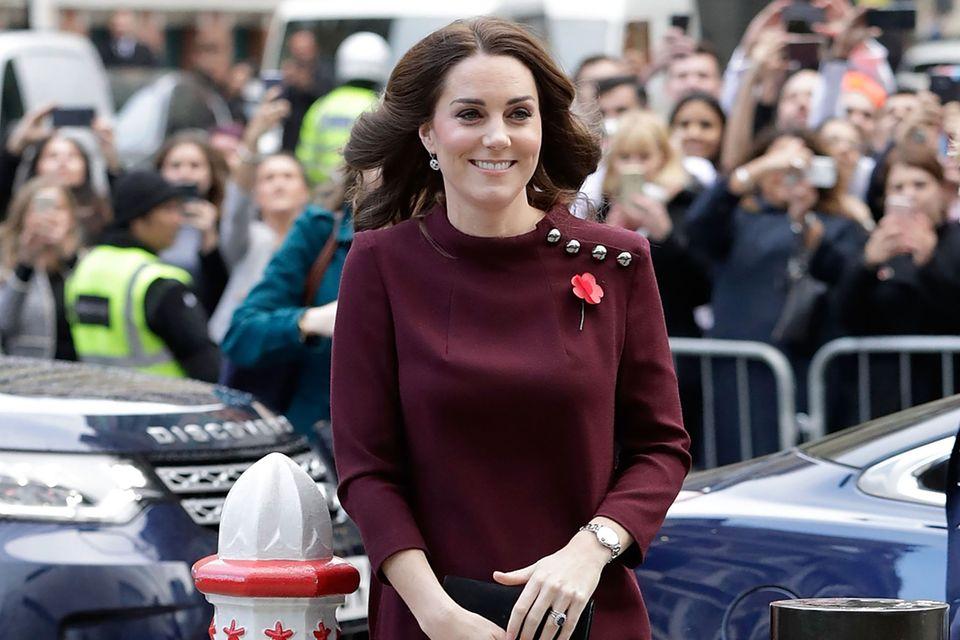 Herzogin Catherine zeigt sich im November 2017 in dem dunkelroten Kleid des Labels Goat.