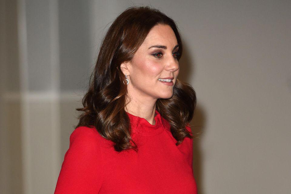 Herzogin Catherine trägt das knallrote Kleid von Goat im Dezember 2017.