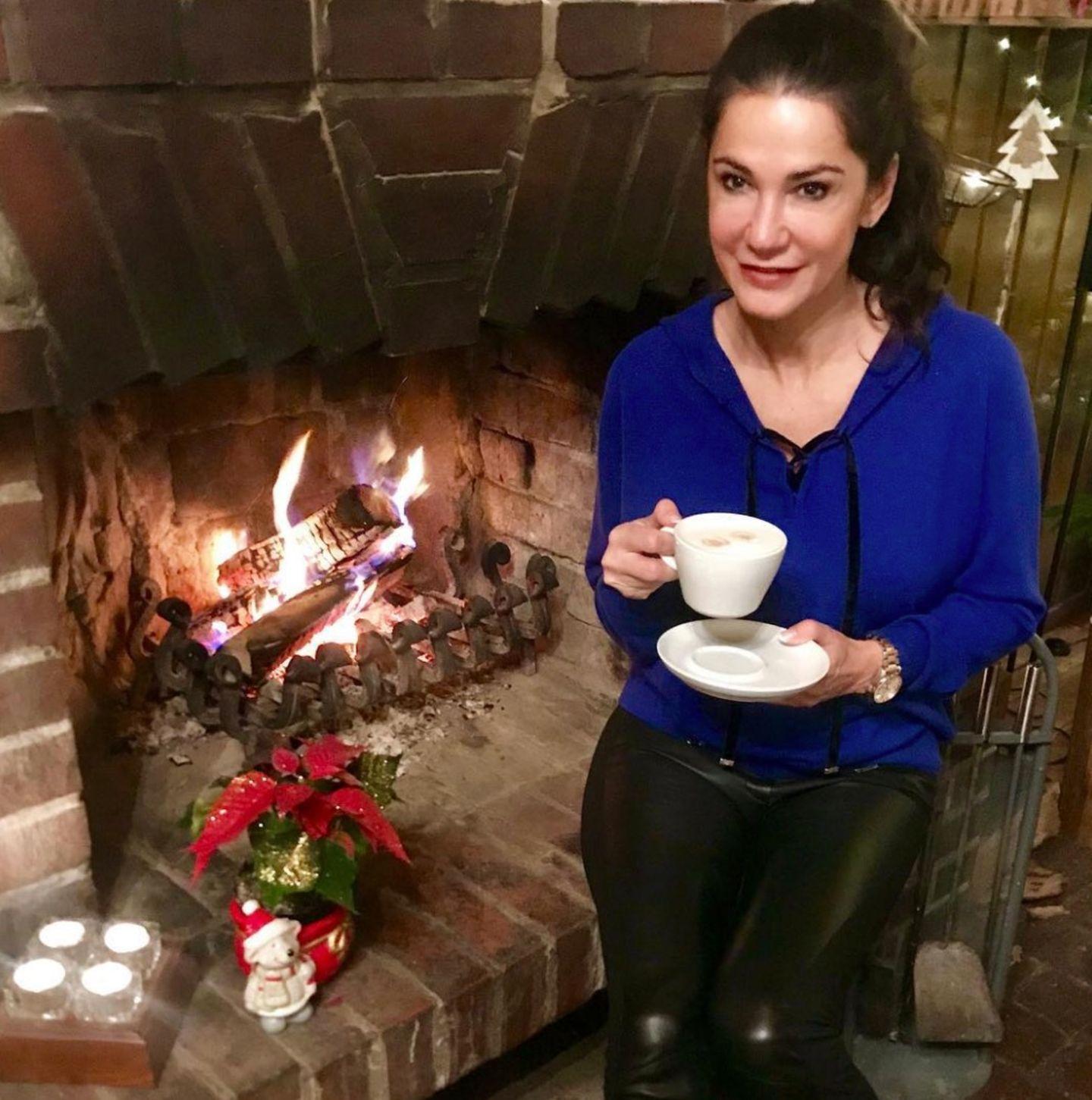 Den ersten Advent verbringt Schauspielerin Mariella Ahrens am offenen Kamin. Damit sie auch von Innen aufgewärmt wird, trinkt sie eine Tasse Cappucchino.