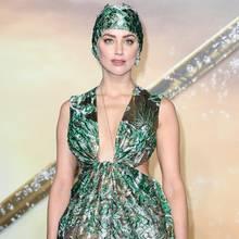 """Verführerisch: Bei der """"Aquaman""""- Premiere in London trägt Amber Heard eine Valentino-Robe mit passender Badekappe"""