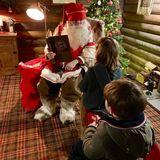 """3. Dezember 2018  Die Kinder von Robbie Williams und Ayda Field stehen brav bei Santa an. Teddy, Charlie und Coco scheinen dieses Jahr brav gewesen zu sein. Ganz im Gegensatz zum berühmten Daddy.""""Leider hat Santa den Namen Robbie Williams nicht auf der Liste der braven Kinder finden können!"""", witzeltAyda auf Instagram."""