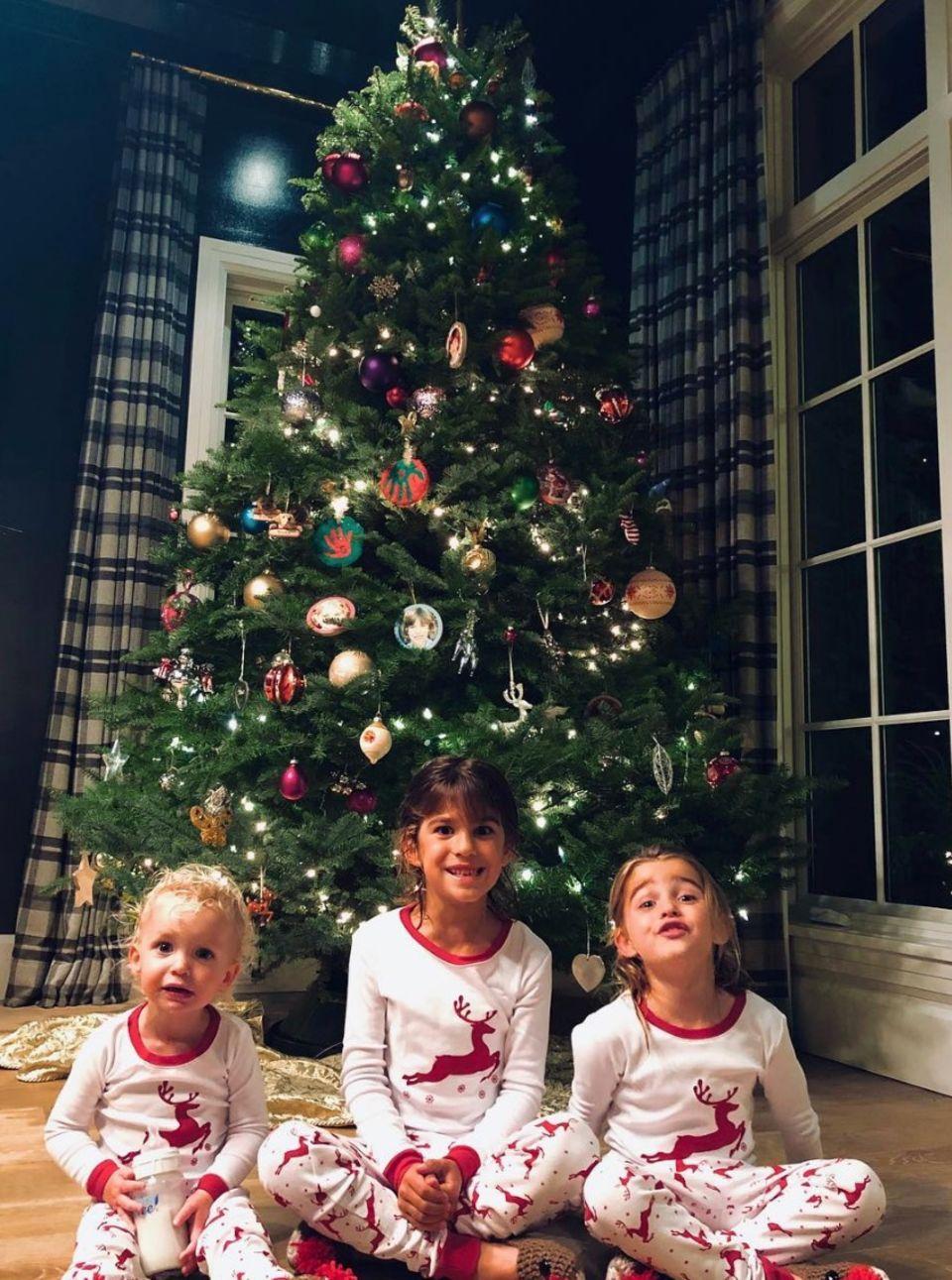 Die drei Kinder von Schauspielerin Molly Sims können es gar nicht abwarten, bis der Weihnachtsmann endlich ins Haus geschneit kommt. Das Highlight auf diesem süßen Schnappschuss: die Rentier-Schuhe!