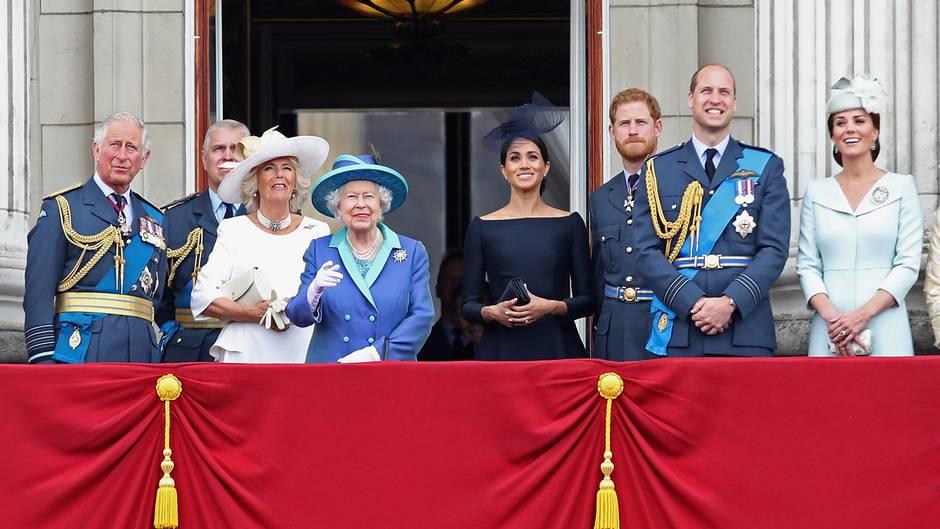 Prinz Charles, Herzogin Camilla, Queen Elizabeth, Herzogin Meghan, Prinz Harry, Prinz William, Herzogin Catherine
