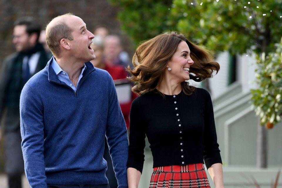 Das Fundament ihrer Beziehungkönnte ihr gemeinsamer Humor sein, denn auch an diesem Taglachen sie besonders viel zusammen. Bei dem Empfang gibtes nämlich auch für das Paar eine kleine Überraschung.