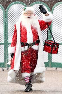 Die Royals werden nämlich vom Weihnachtsmann persönlich begrüßt. Winkend kommt er ihnen im bekannten roten Mantel entgegen. Schade, dass Prinz George, Prinzessin Charlotte und Prinz Louis nicht mit von der Partie sind. Sie hätten die Gelegenheit bestimmt genutzt, umdem Weihnachtsmann noch schnell ihre Wunschzettel vorzulesen.