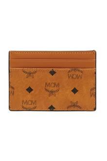 Ein stylischer Klassiker, der keinem Mann fehlen darf: Der handliche Cardholder verpackt die wichtigsten Karten Ihres Liebsten perfekt und passt in jede Tasche. Von mcm, 125 Euro