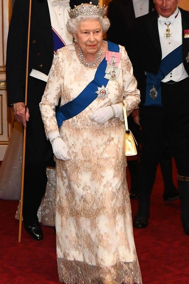 4. Dezember 2018  Queen Elizabeth hat zu einer besonderen Feier geladen. Im Buckingham Palace findet in den späten Abendstunden ein Diplomaten-Dinner statt.