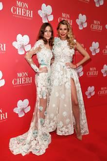 Was für ein hübsches Mutter-Tochter-Gespann: Giulia Siegel posiert gemeinsam mit ihrer Tochter Mia Wehrmann auf dem Red Carpet beimMon Chéri Barbara Tag in München. Die beiden sehen nicht nur bezaubernd aus, sie tragen auch noch ein ziemlich ähnliches Kleid ...