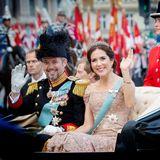 Mai 2018  Am 26. Mai 2018 feiert der dänische Kronprinz Frederik seinen 50. Geburtstag. Bei der Kutschfahrt zum Galadinner auf Schloss Christiansborg winkt das Kronprinzenpaar den Fans fröhlich zu.