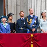 Juli 2018  Bei der alljährlichen Trooping the ColourMilitärparade schauen alle britischen Royals gespannt in den Himmel. Für Herzogin Meghan ist es das erste Mal, dass sie an der Feier teilnimmt.