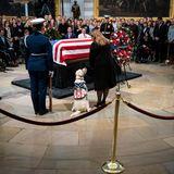 """5. Dezember 2018  Sully stammt von einer Organisation, die Veteranen der US-Armee Hunde vermittelt, um ihnen durch den Alltag zu helfen. Seit dem Sommer lebte der VetDog mit Bush. Lautder """"Washington Post"""" half er dem Ex-Präsidentendabei, heruntergefallene Gegenstände aufzuheben oder Türen zu öffnen. Benannt ist der sandfarbene Labrador nach dem früheren Kampfpiloten Chesley """"Sully"""" Sullenberger III.  Für Sully beginnt jetzt eine neue Aufgabe: Der Hund tritt in die Dienste des Militärhospitals Walter Reed bei Washington."""
