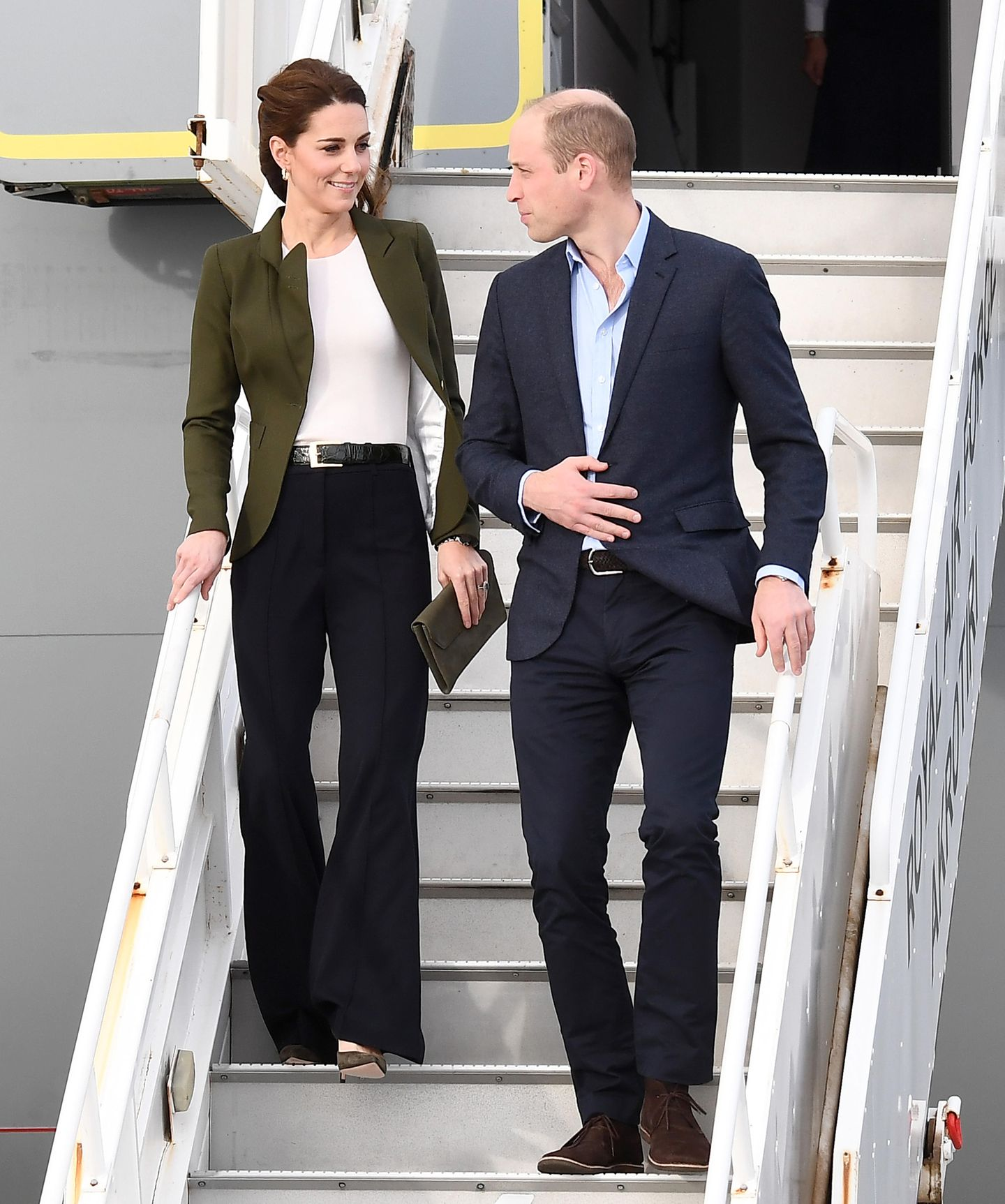 Bei ihrer Ankunft auf Zypern zeigt sich Herzogin Catherine in einem Look bestehend aus Blazer und weit geschnittener Hose. Ihre Accessoires sind perfekt abgestimmt; khakifarbene Pumps, ein dunkelblauer Gürtel und funkelnde Ohrringe machen den Look perfekt.