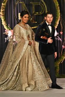 Es ist ein Hochzeitsspektakel der Superlative: Während ihrer mehrtägigen Feier in Neu-Delhi, an der sogar der indische Premierminister teilnimmt, präsentiert Priyanka Chopra ein weiteres spektakuläres Kleid.