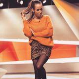Orange steht nicht jedem, Annemarie kann die leuchtende Farbe ohne Frage tragen. Besonders pfiffig: Die Kombination aus kuscheligem Oversize-Pullover und Leo-Minirock.