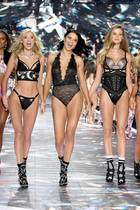 Elsa Hosk, Adriana Lima, Behati Prinsloo und Co. rocken in 2018 den Catwalk von Victoria's Secret.