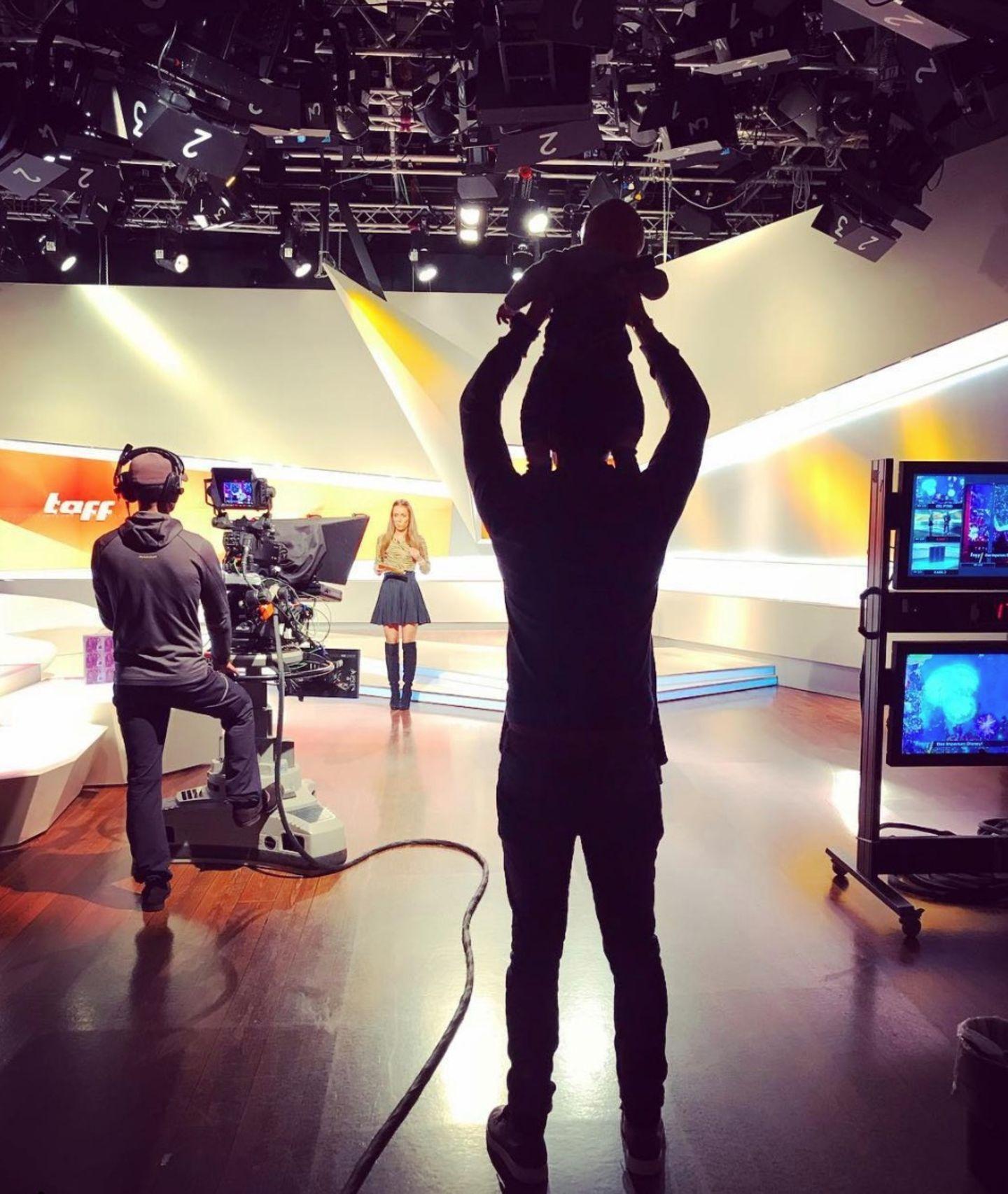 """6. Dezember 2018  Annemarie Carpendales Fanblock steht hinter den Studiokameras. Während ihrer Dreharbeiten für """"taff"""", bekommt die schöne Moderatorin Unterstützung von ihren Männern. """"Vip-Tribüne"""", schreibt Wayne bei Instagram."""