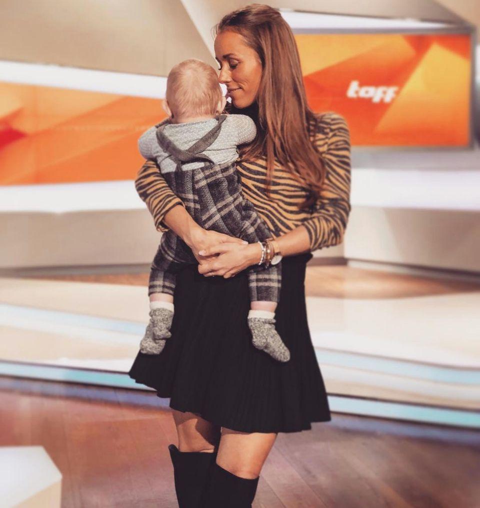 6. Dezember 2018  Nach dem Erkunden des Studios ist der kleine Mann aber sicherlich froh, wieder auf Mamas Arm zu sein. Ziemlich aufregend so eine Fernsehsendung...