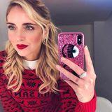 Influencerin Chiara Ferragni ist schon in Weihnachtslaune! Die Italienerin trägt einen roten Christmas-Sweater und wählt dazu gleich den passenden Lippenstift. Hoffentlich verwechselt ihr kleiner Sohn sie nicht mit dem Weihnachtsmann persönlich!