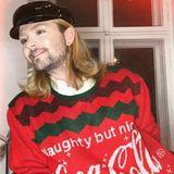 """In der Weihnachtszeit richtet sichMusikerJack Strify nach dem passenden Dresscode. """"Naughty but nice"""", steht auf seinem Sweater. Und weil ihn das Pulli-Fieber anscheinend so gepackt hat, präsentiert er seinen Instagram-Followern gleich weitere Looks..."""