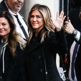 5. Dezember 2018  Jennifer Aniston bekamen wir immer in letzter Zeit eher weniger zu Gesicht. Umso schöner ihr jüngster Anblick in Los Angeles: Vor der Talk Show von Jimmy Kimmel winkt die Schauspielerin den Fotografen in bester Laune zu. Aniston sieht braungebrannt und erholt aus.