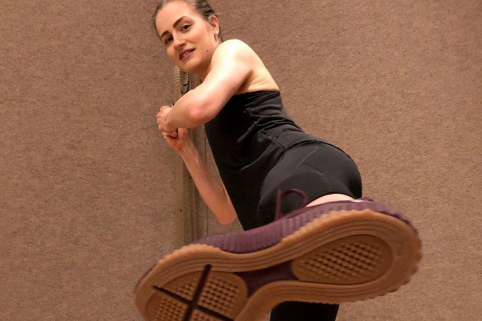 """Neben all den Schlägen liebte Tabea an dem Fight Workout auch die Tritte. Einen guten Stand hat sie dabei in ihren """"Defy""""-Sneakern von Puma, die sie für ihre Challenge von der Sportmarke bekommen hat."""