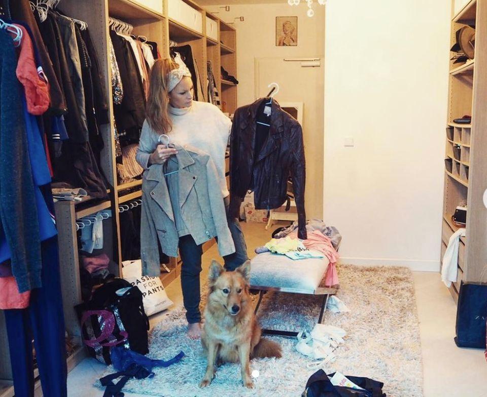 """Entrümpeln für den guten Zweck! Moderatorin Jana Julie Kilka sortiert ihren Kleiderschrank aus, um die Klamotten anschließend auf einem Promi-Flohmarkt anzubieten. """"Alle Einnahmen werden gespendet!"""", schreibt Jana und motiviert ihre Follower die Weihnachtszeit zum Anlass zu nehmen und Menschen in Not zu helfen.  Dem Foto zu urteilen hat sie viel zu entrümpeln - Was ein großer Kleiderschrank!"""