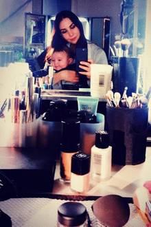 """6. Dezember 2018  Sila Sahin teilt dieses süße Foto mit SöhnchenElija. """"Bin so unfassbar stolz auf Dich kleiner Mann,"""" schreibt die Schauspielerin dazu. Erst im Juli brachte der ehemalige GZSZ-Star den kleinen in Norwegen zur Welt. Seither ist er ihr ganzer Stolz."""