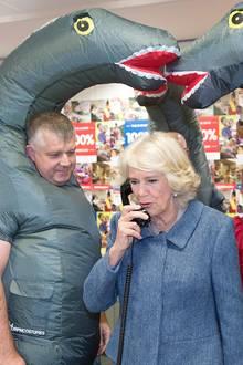 """""""Hallo Camilla,hier spricht Mister Dino!"""", könnte das Gespräch hier beginnen. Die Herzogin von Cornwall kommt bei einem Besuch einer Charity-Aktion in London mit Dinosauriern ins Gespräch."""