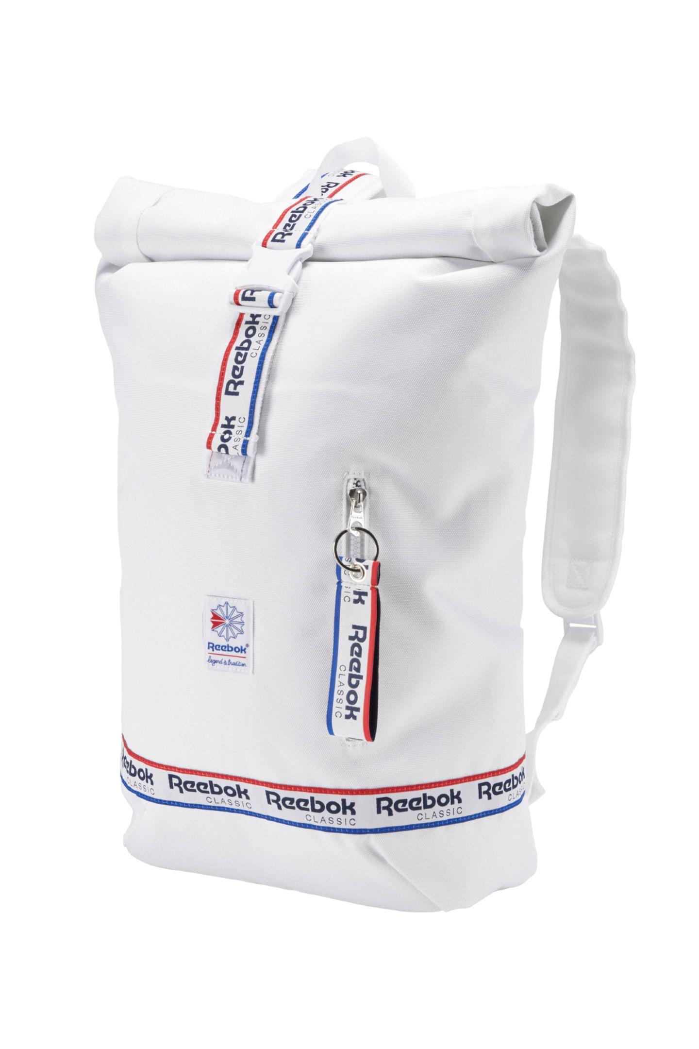 """Mit den klassischen Details und einem leicht nostalgischem Design kommt der """"Graphic Taping Backpack"""" daher. In den Rucksack passt wirklich alles. Und er sieht auch noch verdammt cool aus. Von Reebok, ca. 60 Euro."""