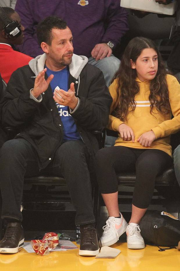 Adam Sandler besucht mit seiner Tochter Sadie das Spiel der Lakers. Die mittlerweile 12-Jährige ist ihrem berühmten Daddy wie aus dem Gesicht geschnitten. Gemeinsam fiebern sie mit dem Kult-Basketball-Team aus Los Angeles.