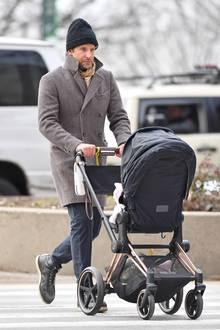 5. Dezember 2018  Daddy Cool: Bei eisigen Temperaturen ist Bradley Cooper mit der kleinen Lea im Kinderwagen in New York unterwegs.