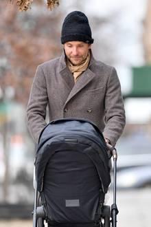5. Dezember 2018  Immer wieder schaut der stolze Papa in den Kinderwagen und lächelt seiner kleinen Tochter Lea zu.