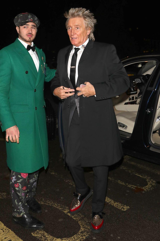 Bei seiner Ankunft auf einer Londoner Weihnachtsparty bekommt Sänger Rod Stewart von einer ganz besonderen Gestalt die Autotür aufgehalten. Ein grüner Weihnachtsgrinch? Nein, wohl eher ein extrem modischer Helfer der Stars. Dieser junge Mann raubt jedem Promi bei der Ankunft die Show!