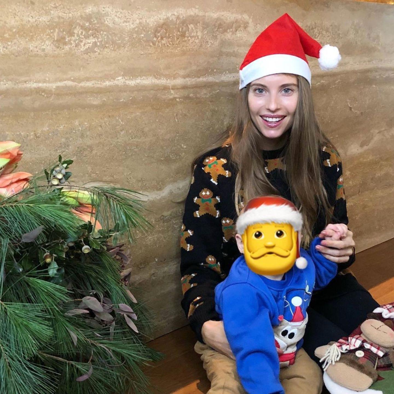 Cathy Hummels und Sohnemann Ludwig grüßen in ihren weihnachtlichen Pullis zum Nikolaus.