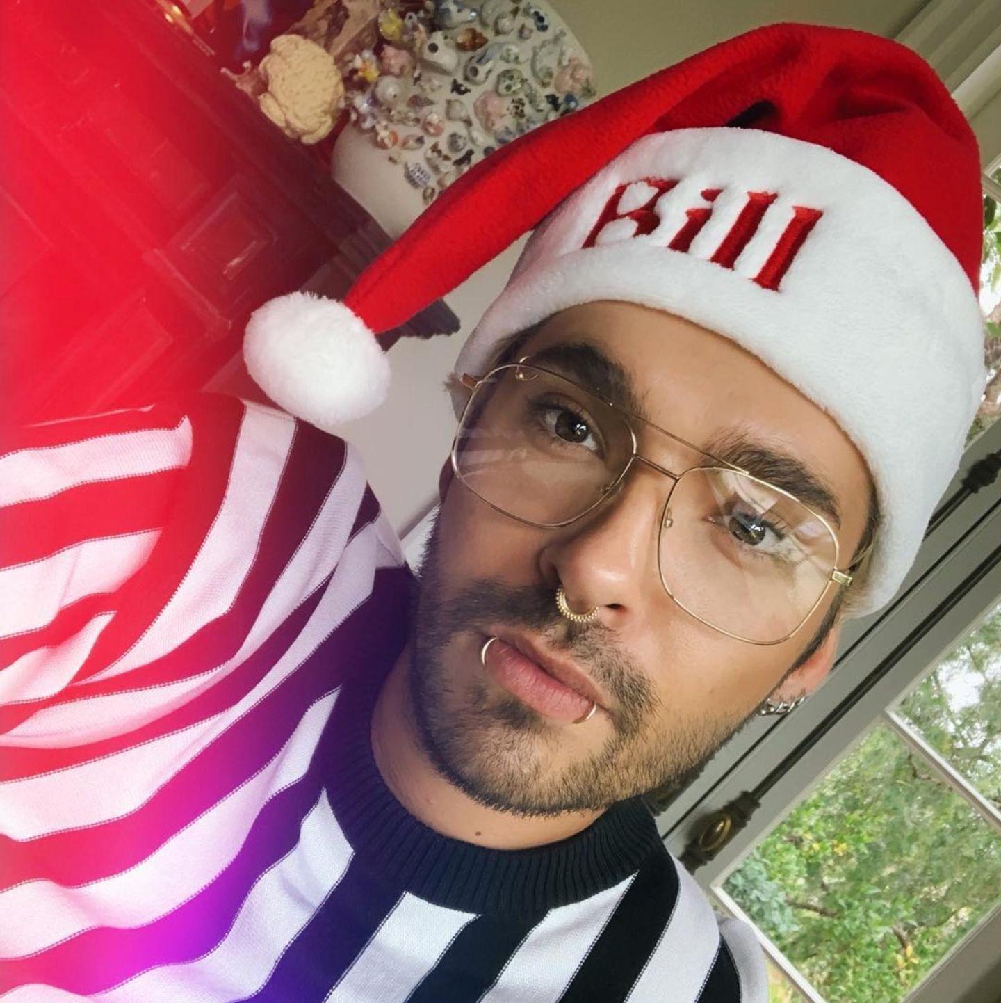 """Bill Kaulitz scheint kein Mann großer Worte zu sein. Zu seinem weihnachtlichen Selfie schreibt der """"Tokio Hotel""""-Frontmann kurz und knapp: """"Hi!"""""""