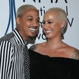 Wenn das mal kein Partnerlook ist! Amber Rose und ihr Liebster AE tragen bei den National Film and Television Awards in London dieselbe Friese: Einen blondierten Pixie Cut!