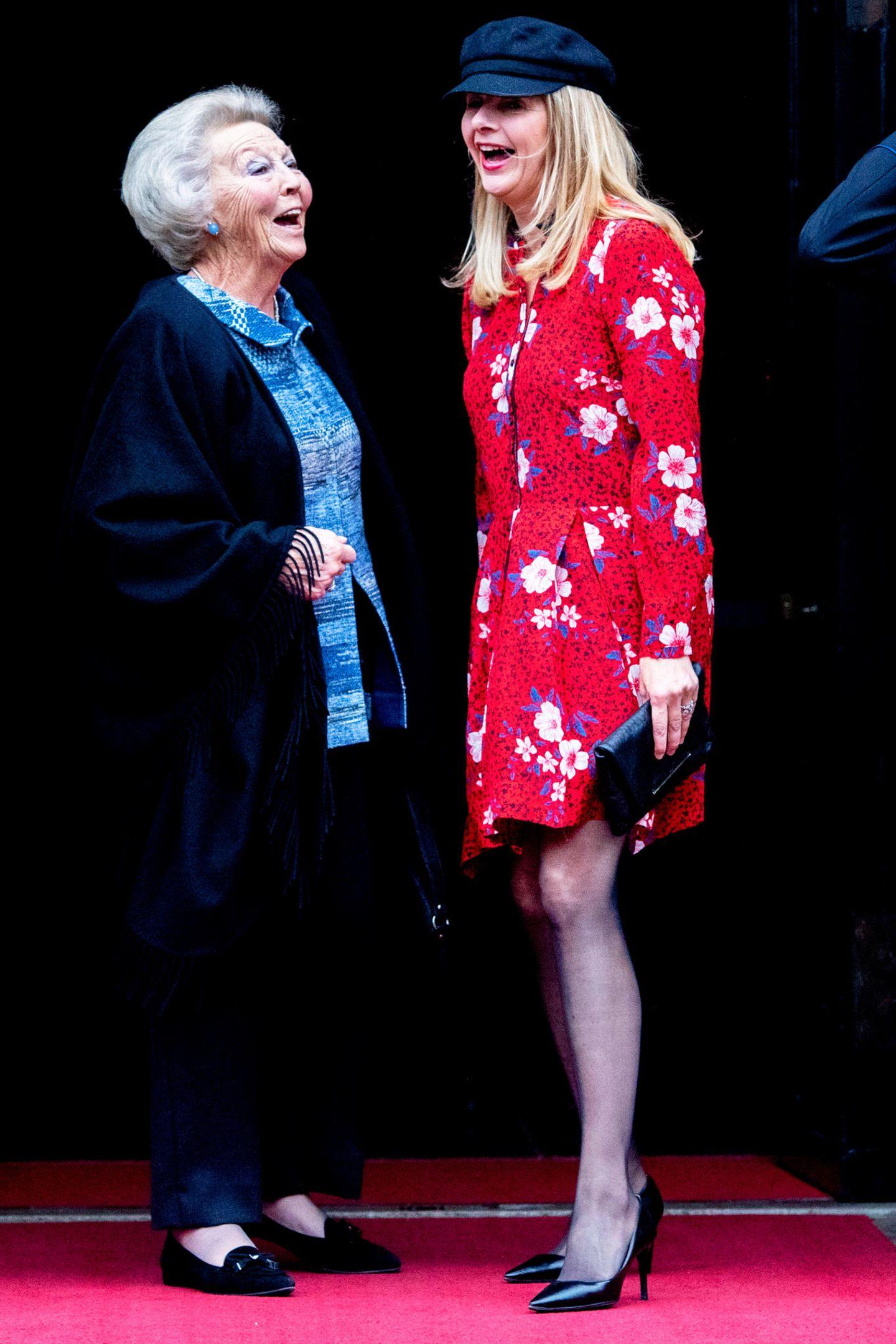 Herrlich sympathisch! Prinzessin Beatrix und ihre Schwiegertochter Mabel nehmen das Mode-Malheur mit Humor und können sich sichtlich darüber amüsieren.