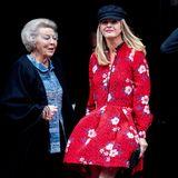 """Prinzessin Beatrix und Prinzessin Mabel bei der Verleihung des """"Grossen Prinz Claus Preises"""". Beim Betreten des königlichen Schlosses in Amsterdam hat Mabel mit dem windigen Wetter zu kämpfen ..."""