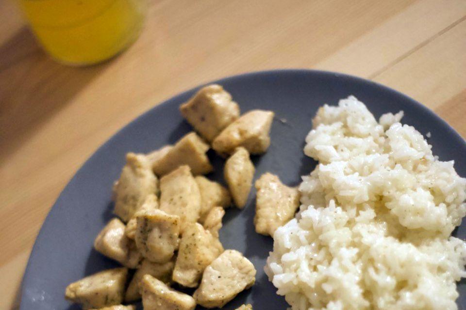 Dinner: Hühnchen mit Reis isst Anuthida gerne mitChilisoße