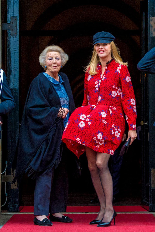 6. Dezember 2018  Prinzessin Beatrix(l.) schaut verdutzt in die Kamera, während Prinzessin Mabel den Marilyn-Monroe-Momentwiederaufleben lasst. Umrahmt von salutierenden Soldaten ergibt sich ein würdiges Foto des Tages. Die niederländischen Royals wohnen der Verleihung des Prinz-Claus-Preises in Amsterdam bei,einer Auszeichnung für Kultur und Entwicklung.