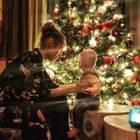7. Dezember 2018  Aufregend! Dieses Jahr feiern die Carpendales das Fest der Liebe zum ersten Mal zu dritt. Mini-C zeigt sich deutlich fasziniert von dem leuchtenden Weihnachtsbaum.