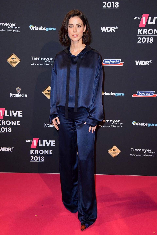 Sportlich und doch elegant: Für ihren Red-Carpet-Auftritt bei der Verleihung der 1Live Krone 2018 hat sich Lena Meyer-Landrut diesen Seidenanzug in Dunkelblau ausgesucht.